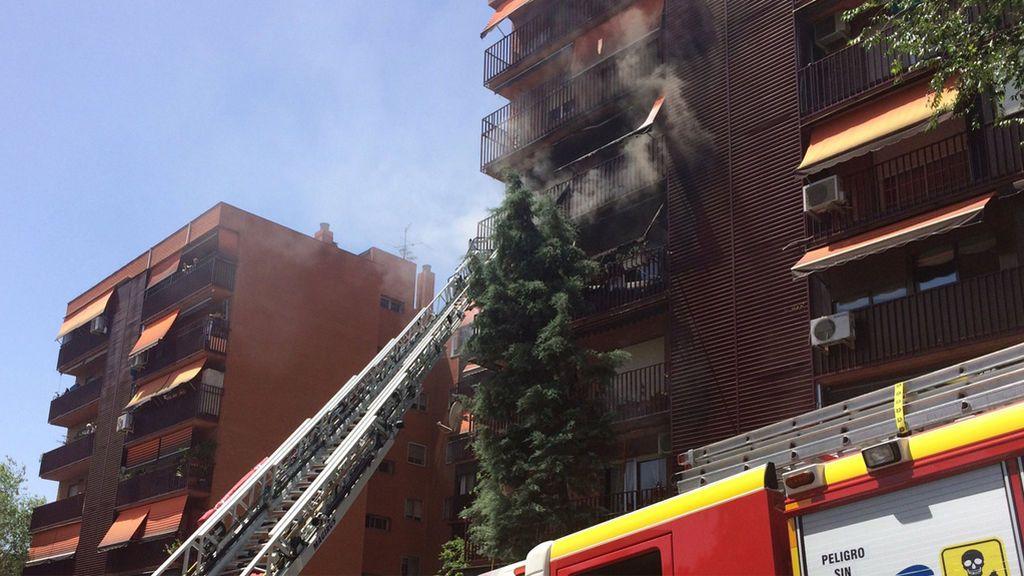 Heridos graves un octogenario y un bombero en el incendio de una casa de Vallecas
