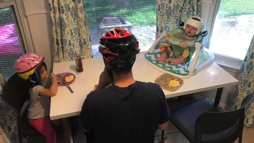 Familia con cascos por su hijo de 4 meses