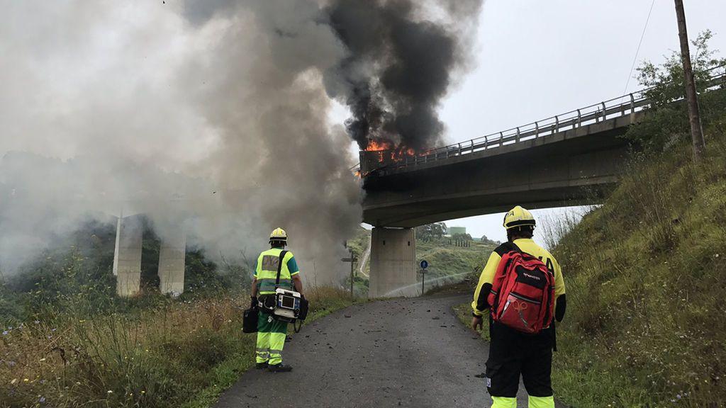 Muere tras incendiarse la cabina de su camión y caer por un puente en Cantabria
