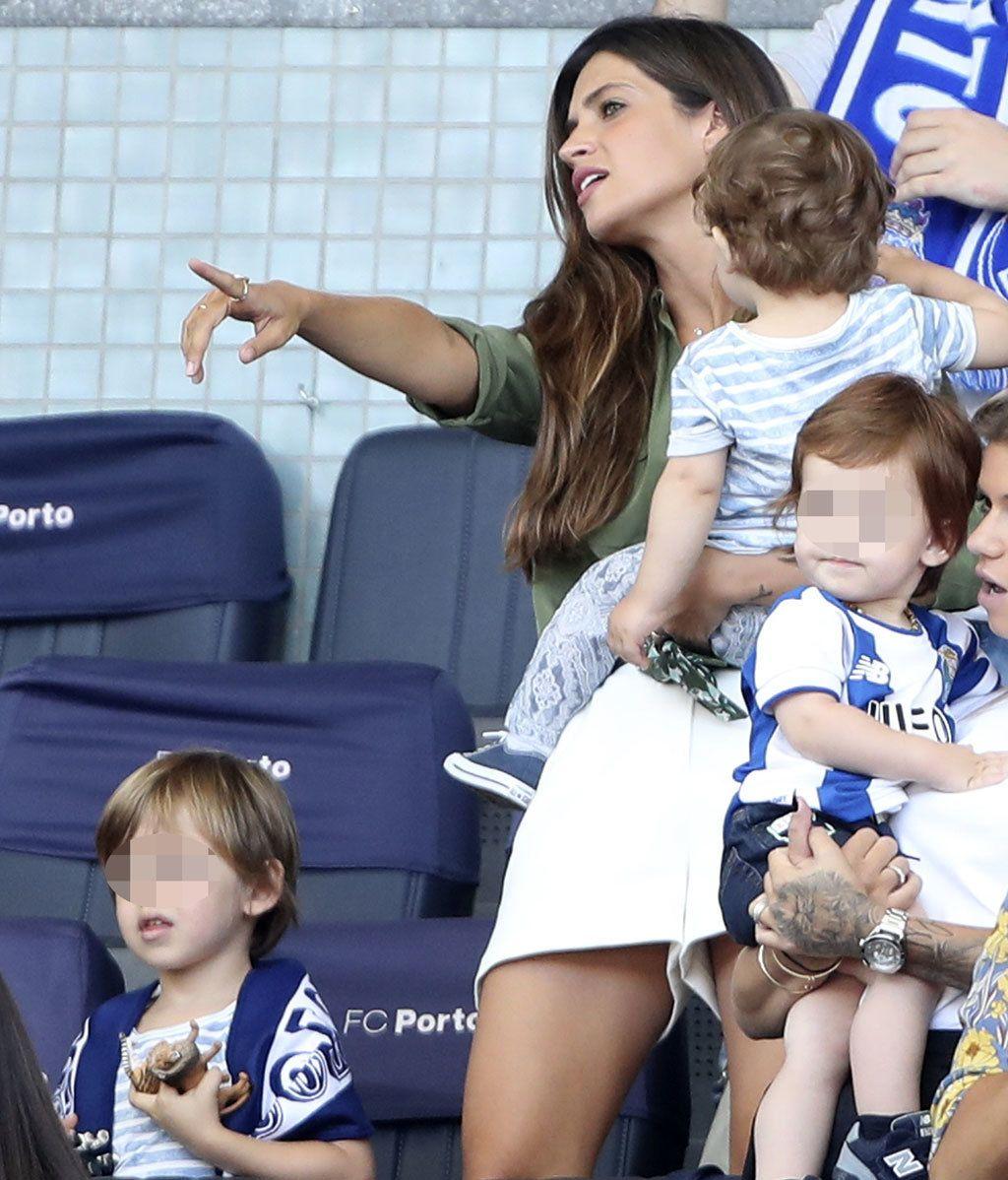 Sara Carbonero y sus hijos en la presentación del Oporto