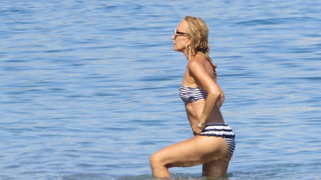 Carmen Lomana celebra sus 69 'veranos' con unos felices chapoteos en aguas marbellíes