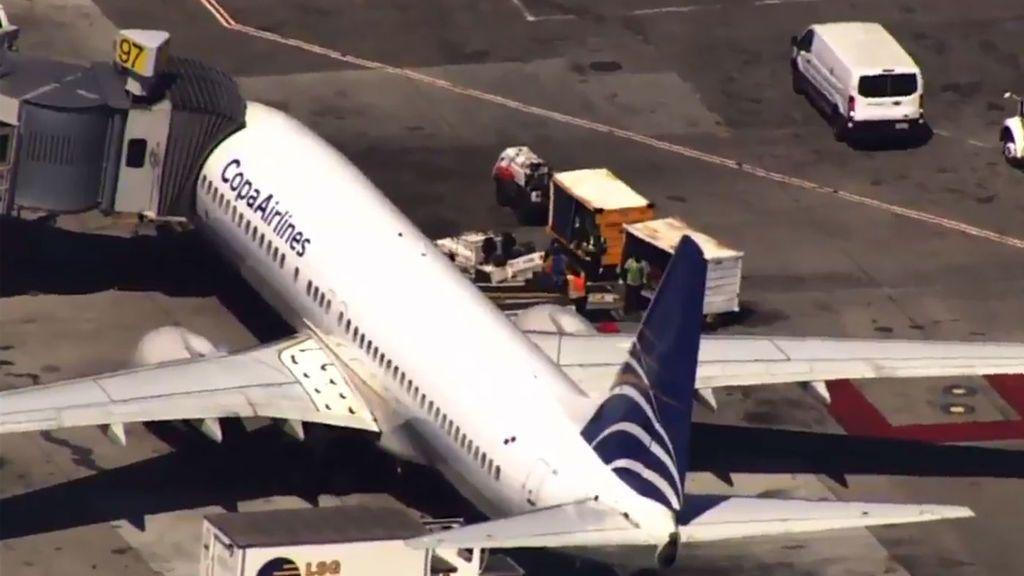 Un adolescente abre la puerta de emergencia de un avión y salta a la pista tras el aterrizaje en San Francisco