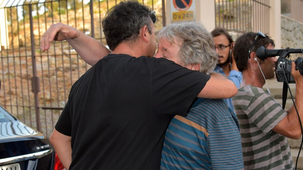 Gelete, Fonsi... Tristeza a las puertas del hospital donde ha fallecido Ángel Nieto