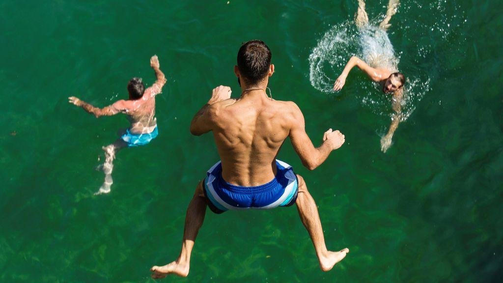 Un chico salta al río Cijevna en Montenegro