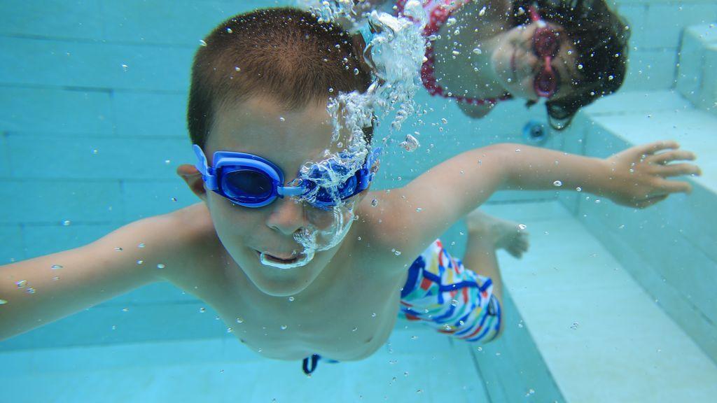 En la piscina, abra los ojos... ¡pero no bajo el agua si quiere evitar la conjuntivitis!