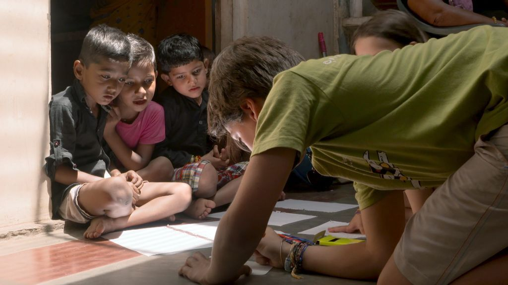 Unai y su familia se mimetizan con India: Comida y juegos con los Rajender