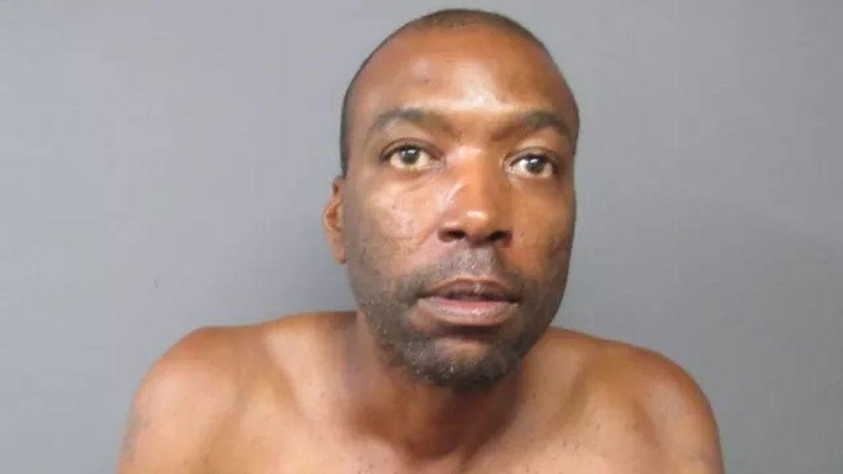 Desnudo y limpiando los platos, así encuentra la Policía de Nueva York a un ladrón