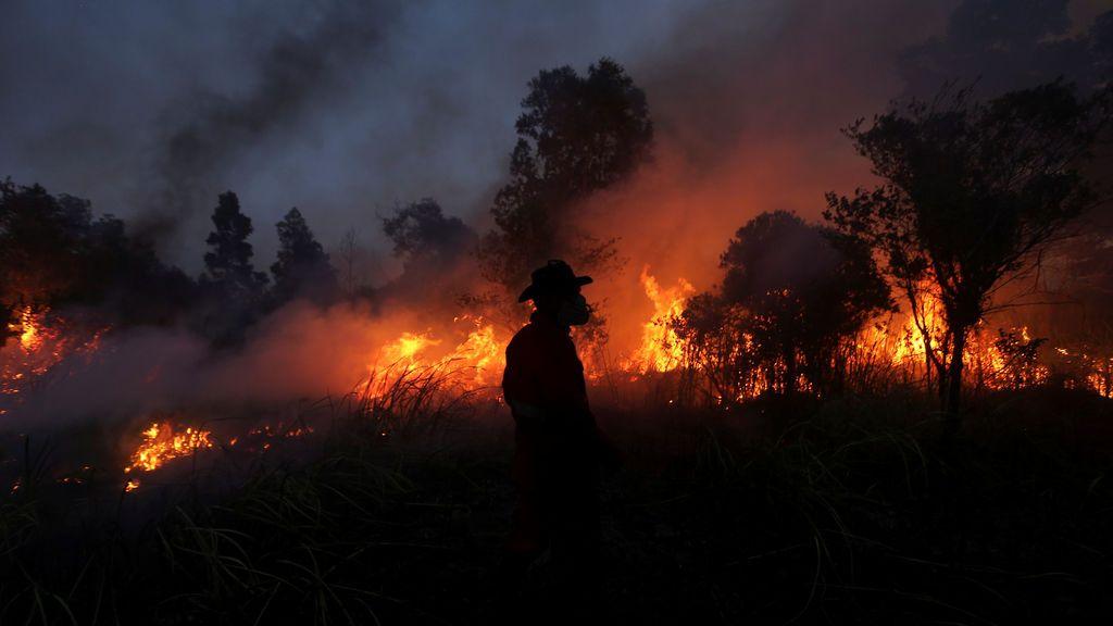 Un bombero intenta extinguir el fuego en el sur de Sumatra