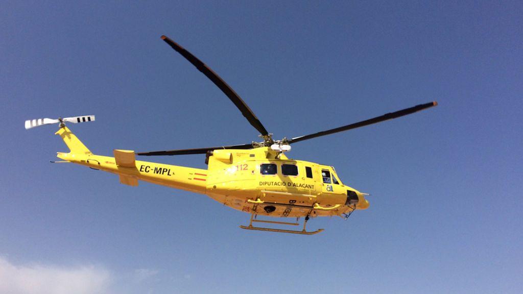 Un helicóptero de fumigación se estrella sobre un campo de arroz y el piloto sale ileso