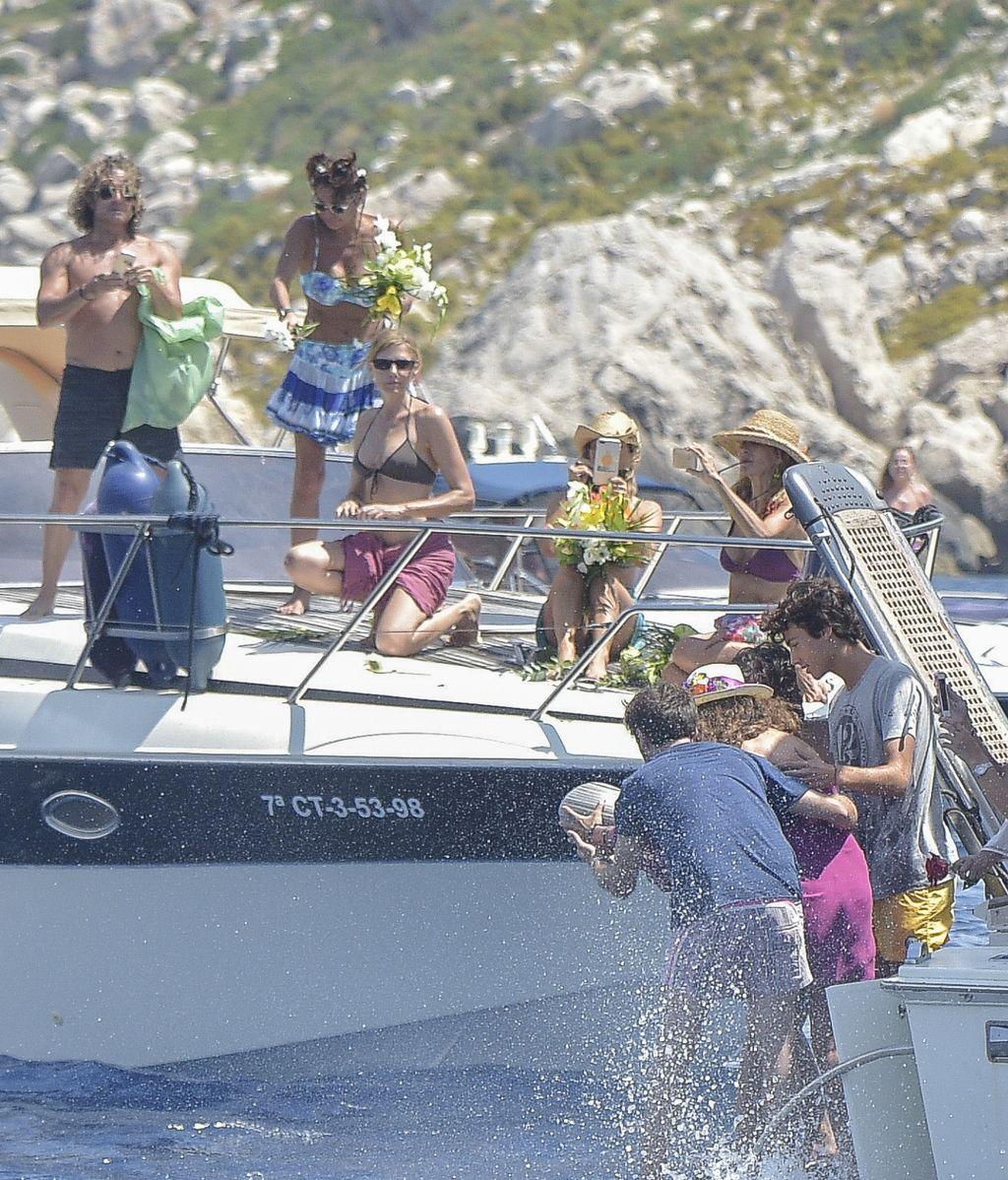 La familia de Ángel Nieto esparce sus cenizas en el mar