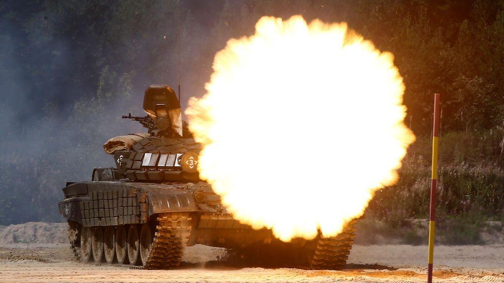 Un tanque modelo T-72B1 lanza fuego durante los Juegos Internacionales del Ejército 2017
