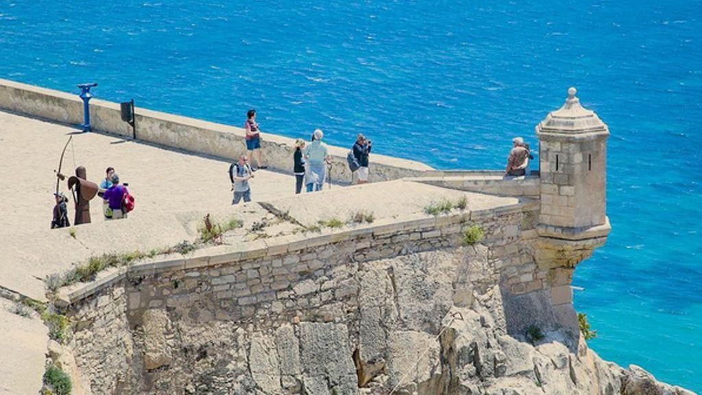 Investigan la caída desde el castillo de Alicante de una joven indocumentada