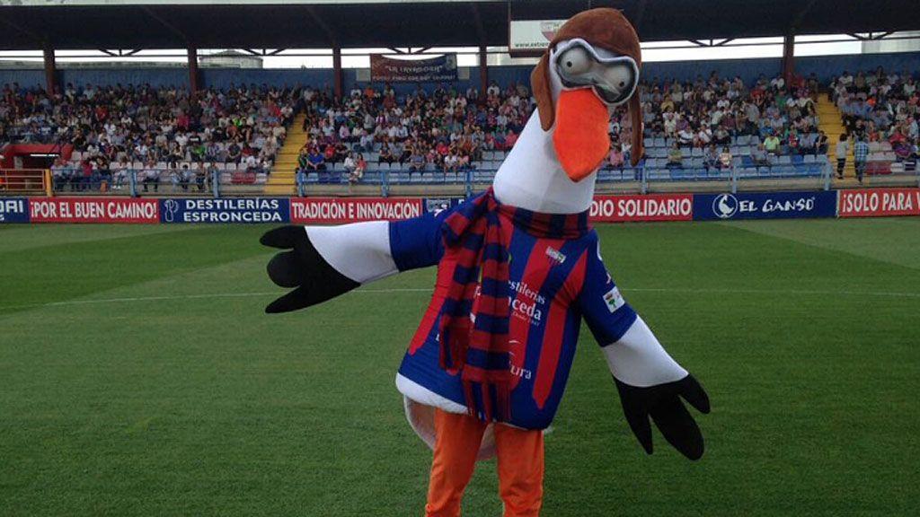 Valentina, la mascota del Extremadura ¡separa a dos jugadores y evita una pelea!
