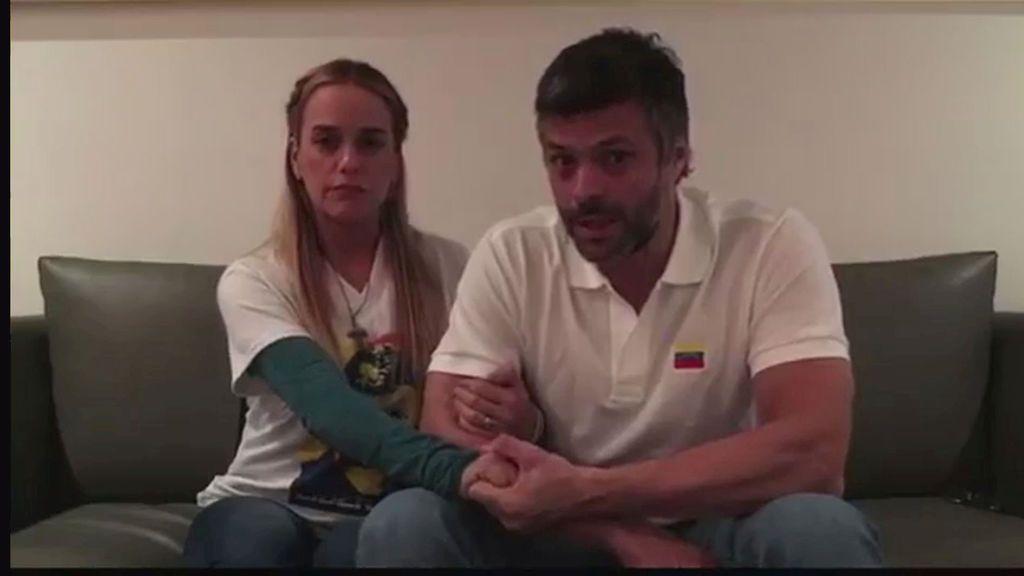 Leopoldo López sale de la cárcel y es trasladado a su casa