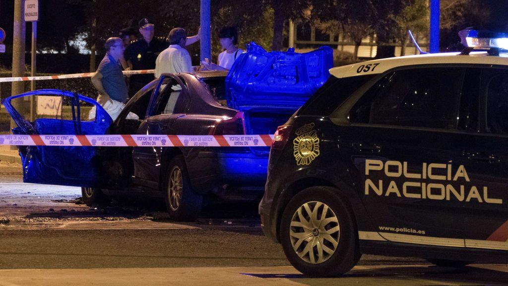 Hallan un cadáver carbonizado en el interior de un vehículo incendiado en Sevilla
