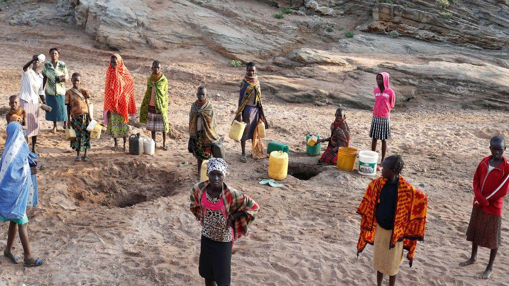Una tribu de mujeres recoge agua en Kenia