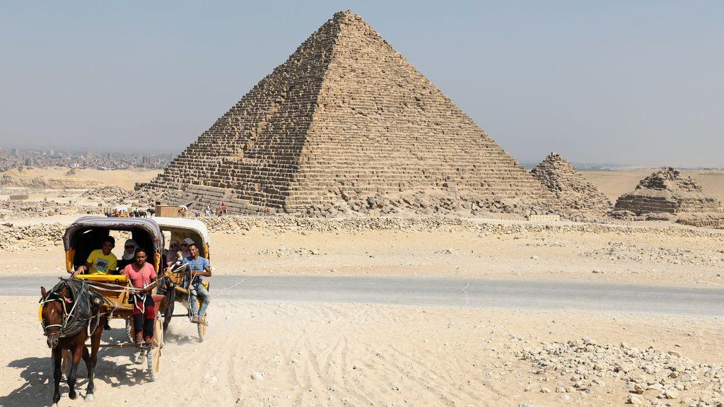 Turistas en las pirámides de Giza, Egipto
