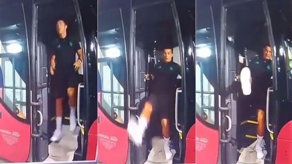 ¡Por los pelos! El resbalón de Cristiano bajando el autobús que se está haciendo viral
