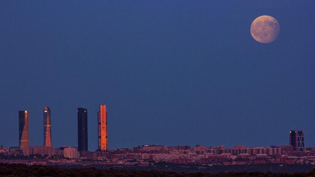 Madrid, Córdoba, Bacelona: las mejores imágenes del eclipse lunar en España, en redes
