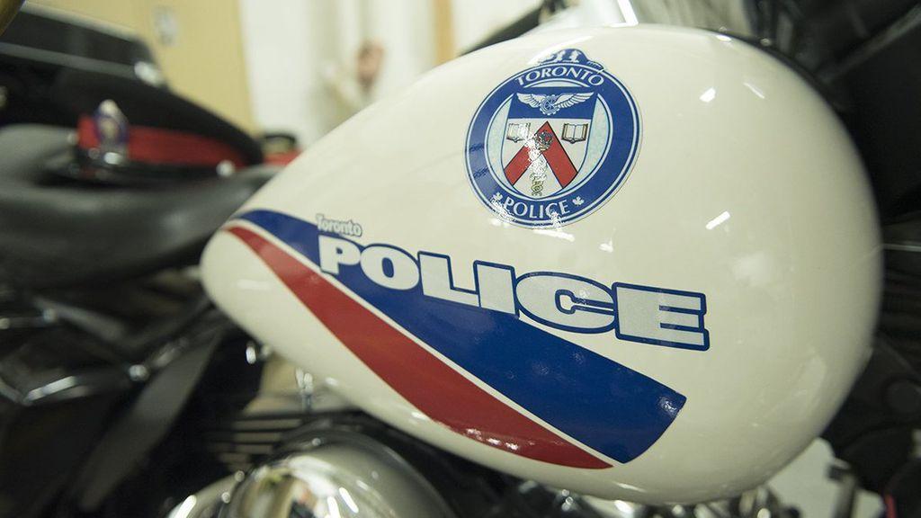 Un policía compra a un ladrón la camisa y la corbata que estaba intentado robar
