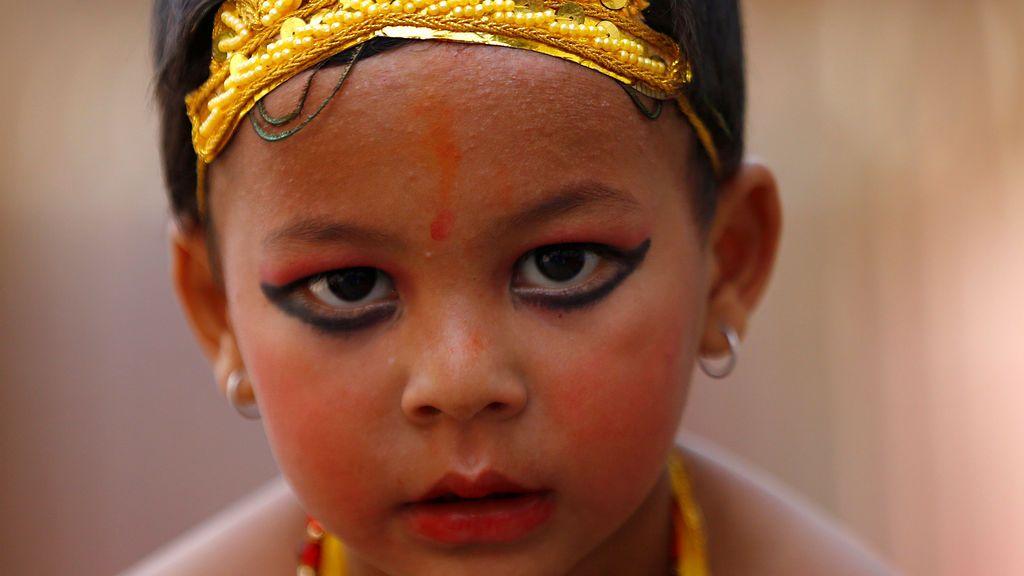 Niño vestido Dios hindú Krishna