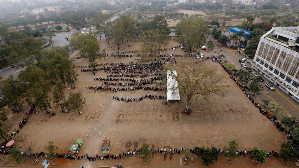 Ciudadanos de Nairobi haciendo cola en el centro electoral
