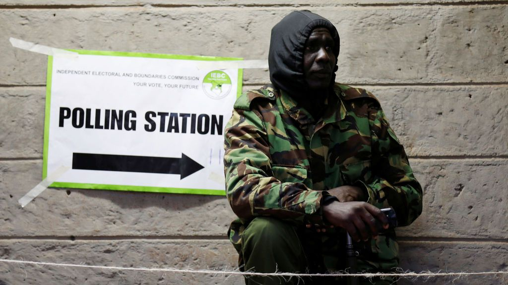 Policía custodiando la puerta del centro electoral en Nairobi durante las elecciones presidenciales