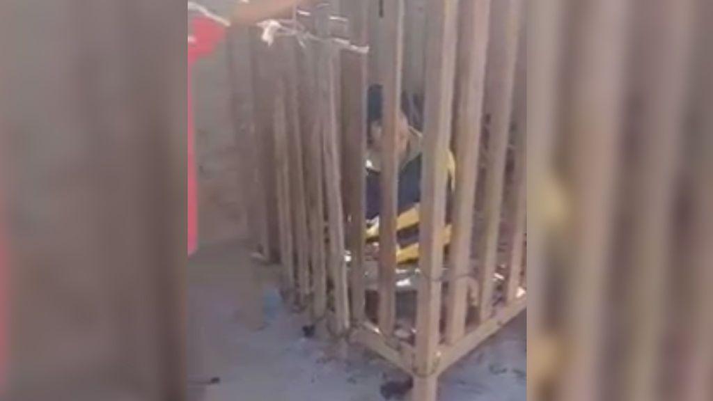 Encierran a su hijo discapacitado en una jaula durante cuatro años
