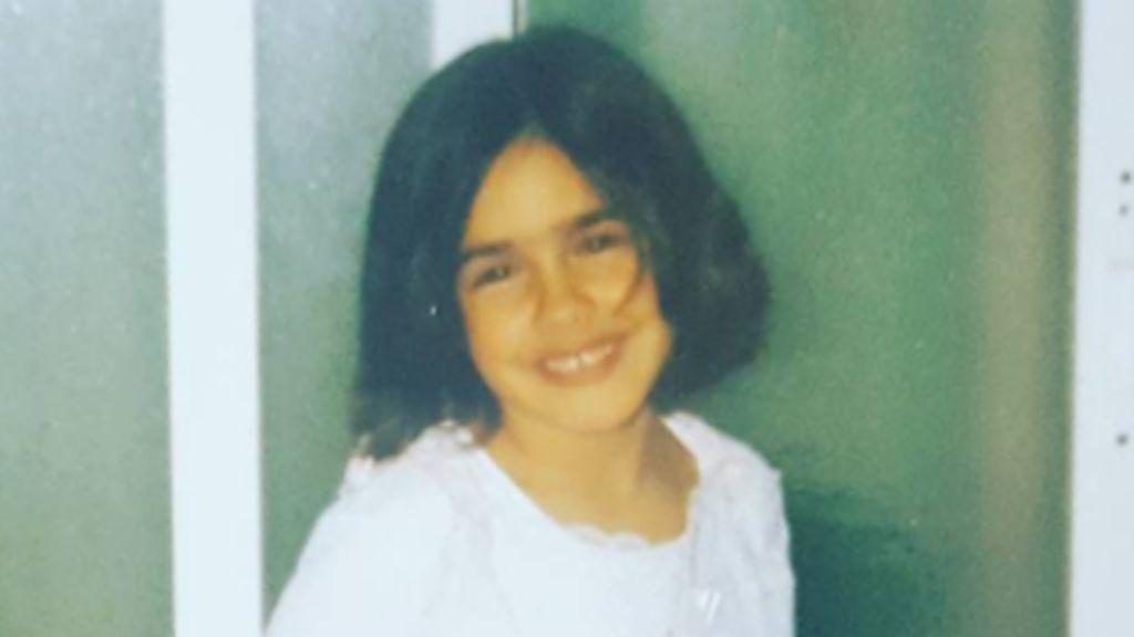 ¿Reconoces a esta pequeña gran hermana que jugaba a ser princesa?