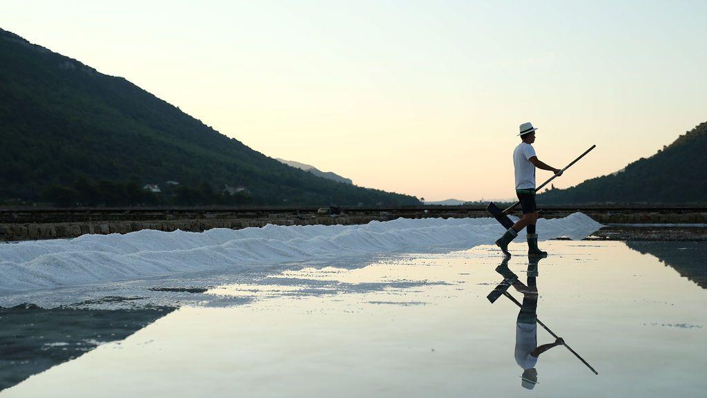 Un trabajador recolecta sal en Ston, Croacia