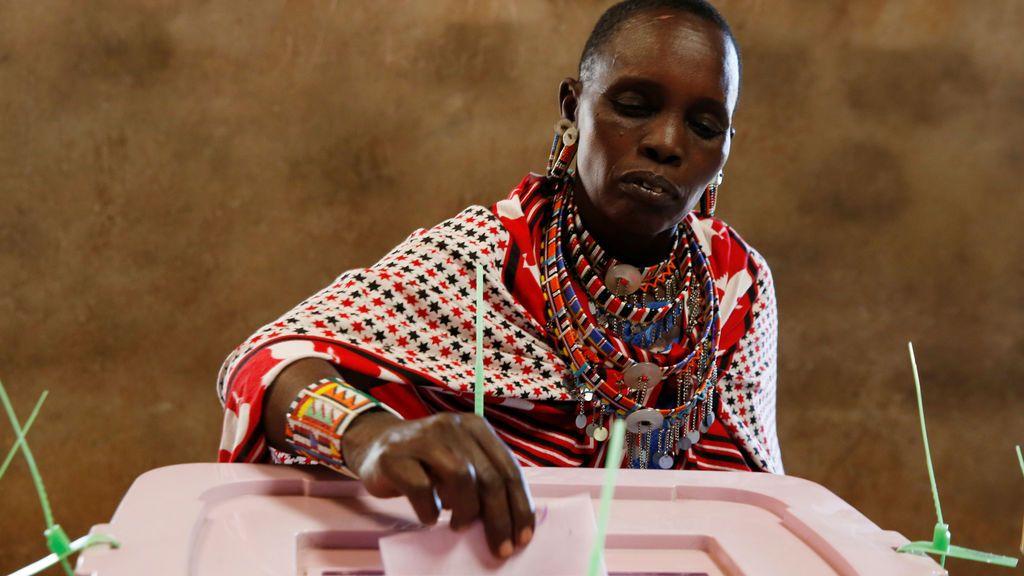Una mujer de la tribu Masai vota en Kisamis, Kenia