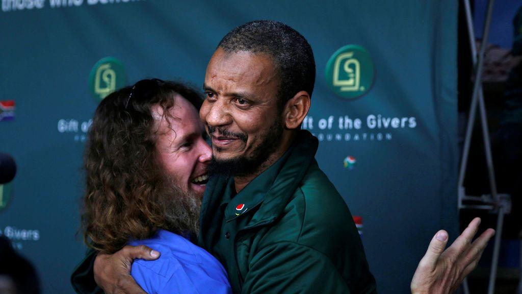 Stephen McGowan abraza al negociador de su liberación en Johannesburgo, Sudáfrica