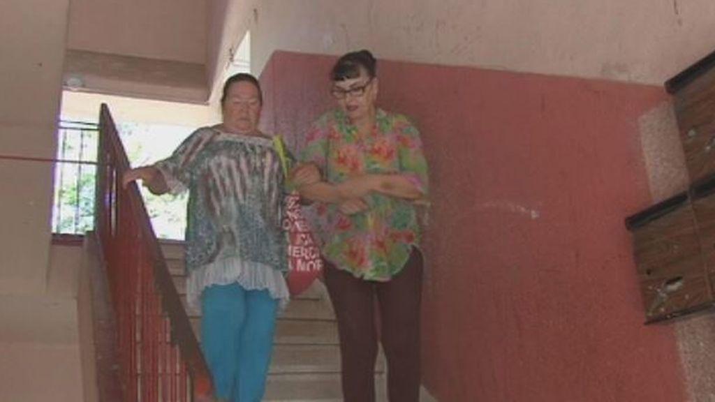 Juana, en la calle tras dar cobijo al hombre que ha usurpado su casa