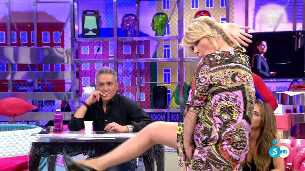 Mila Ximenez imita los posados robados de Rosa Benito