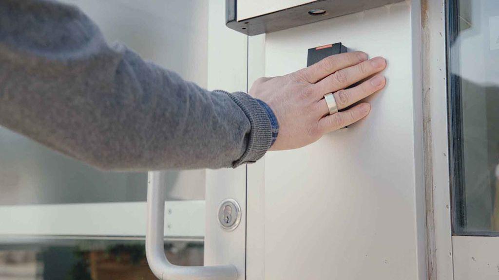 Un anillo inteligente con sensor de huellas dactilares que reemplaza las llaves