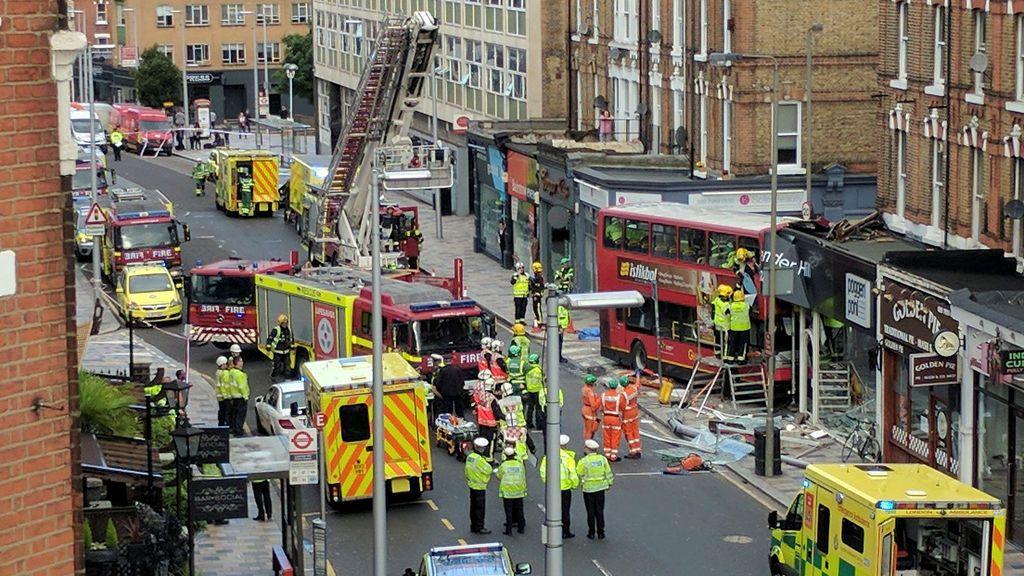 Un autobús se estrella contra una tienda en Londres