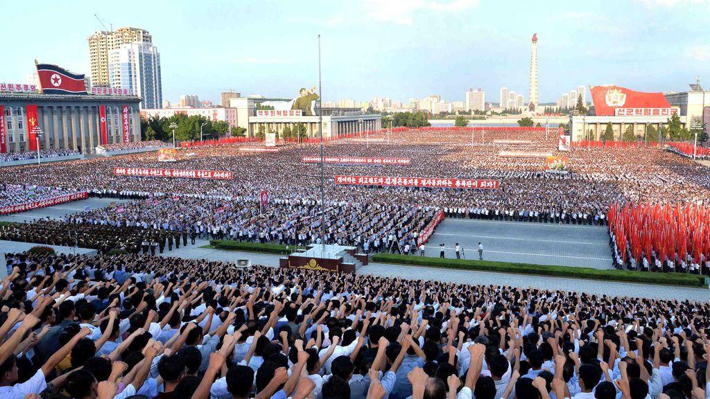 Vista general del desfile celebrado hoy en Pyongyang, Corea del Norte
