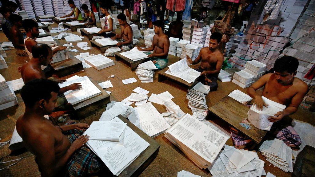Trabajadores bangladesíes en una fábrica de libros en Dhaka, Bangladés