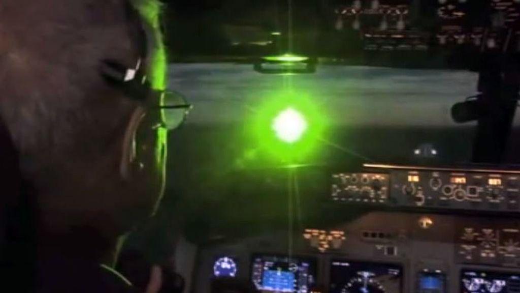 Un padre y su hijo, acusados de deslumbrar con un láser a los pilotos de avión en Málaga