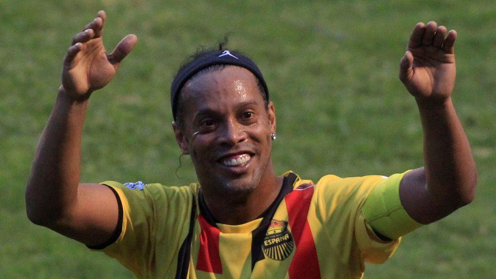 Salta al campo para abrazar a Ronaldinho, no le encuentra… ¡y él le busca! El gesto del 'Gaucho' enamora al mundo