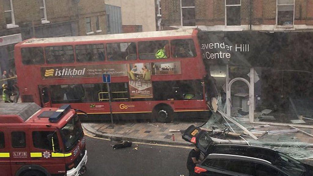 Un autobús urbano se estrella contra una tienda en Londres