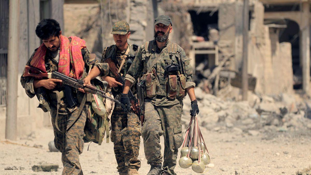 Las fuerzas rebeldes apoyadas por la coalición internacional cercan al Estado Islámico en el corazón de Raqqa