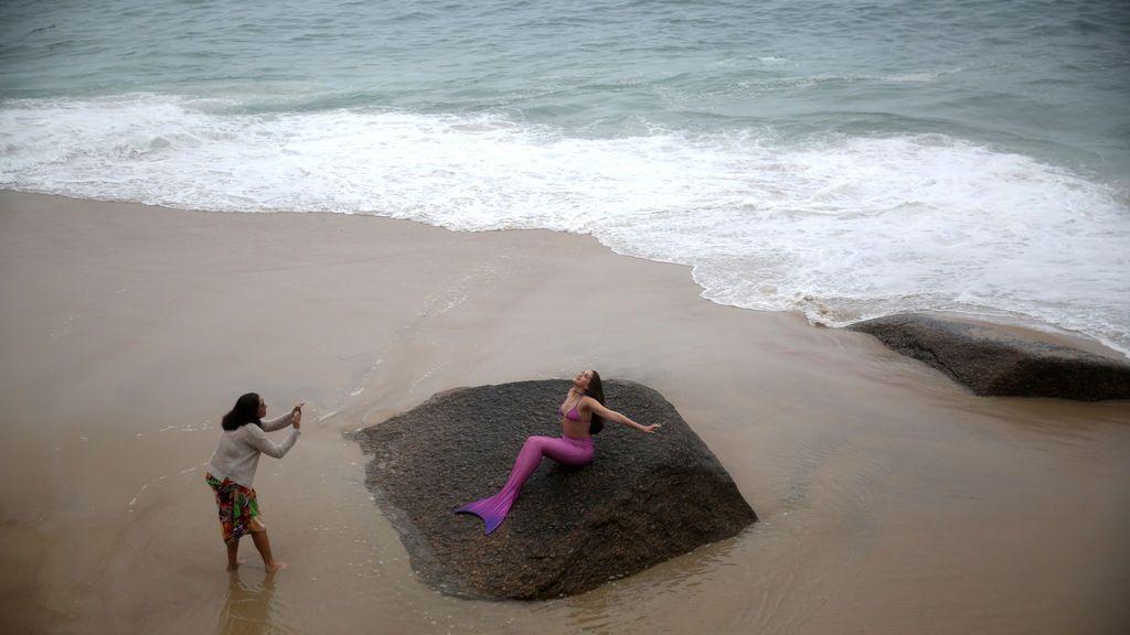 """Una mujer fotografía a """"una sirena"""" en Río de Janeiro, Brasil"""
