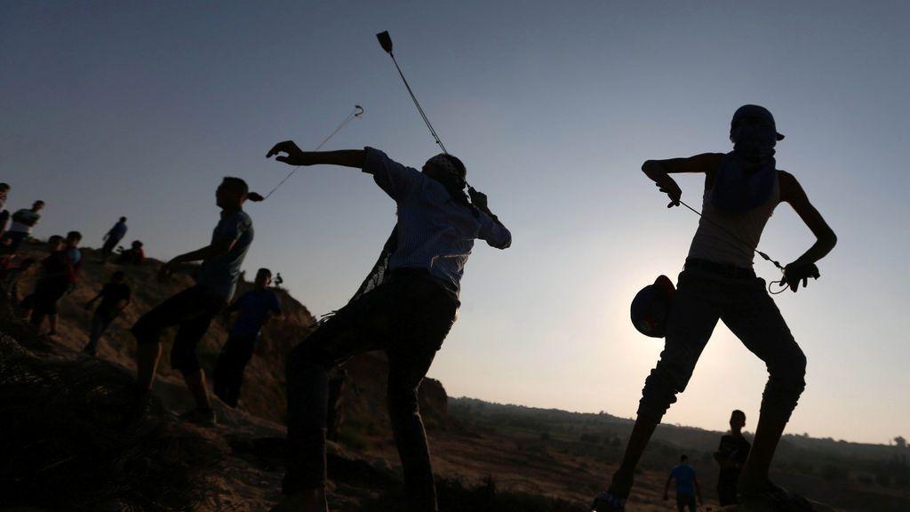 Manifestantes palestinos  durante  enfrentamientos cerca de la frontera entre Israel y el centro de la Franja de Gaza
