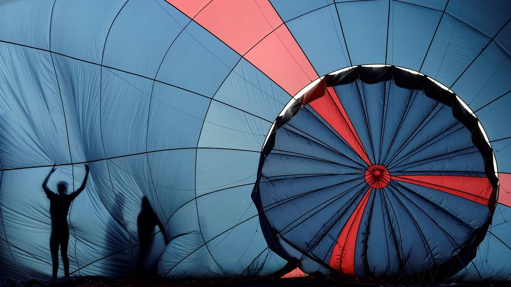 Un globo aerostático se prepara para volar en Bristol, Reino Unido
