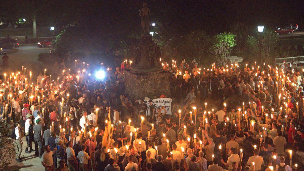 Cientos de supremacistas blancos marchan por las calles de Charlottesville (Virginia) al grito de consignas nazis