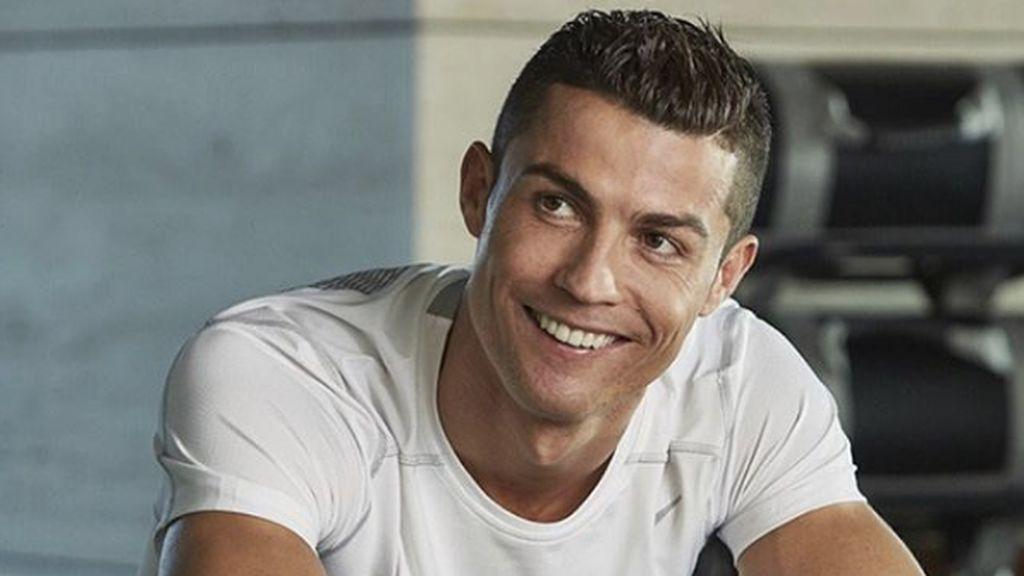 ¡Ternura absoluta! Cristiano Ronaldo posa solo por primera vez con su hija