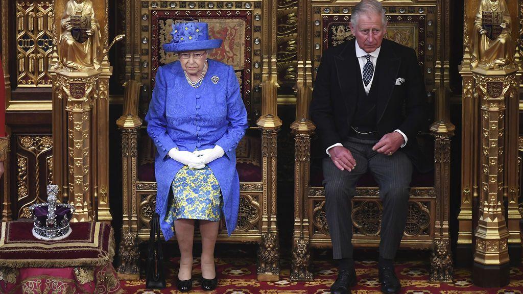 Isabel II de Inglaterra y el prícnipe Carlos
