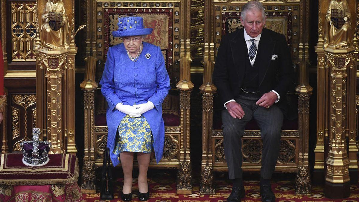 Isabel II de Inglaterra y el príncipe Carlos