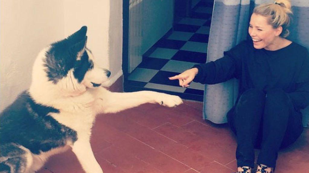 """Soraya se despide de su perro Nomuk contando su historia: """"Manuela le tomó el relevo de la vida"""""""